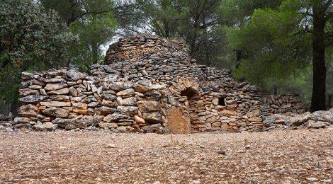 Cabana de pedra seca a la Ruta de la Capona (El Pla de Santa Maria)
