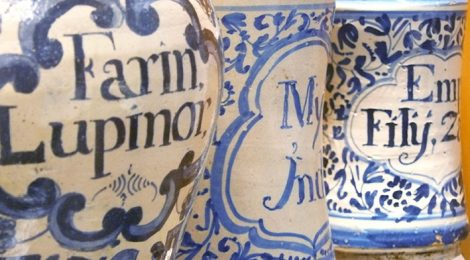 Pots de ceràmica de medicaments al Museu Cusí de Farmàcia al Masnou.
