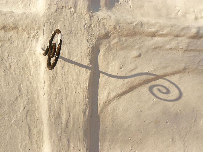 Detall d'un ganxo per penjar flors.