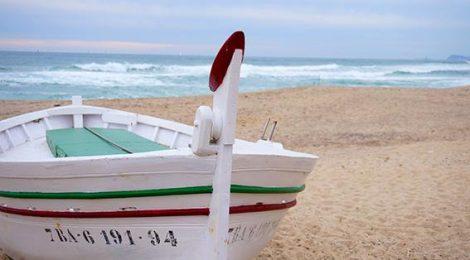 Barca de pesca a la platja de Vilassar de Mar, Maresme.