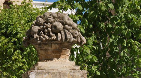 Cistella de fruita feta amb pedra en un jardí de Vilassar de Mar.