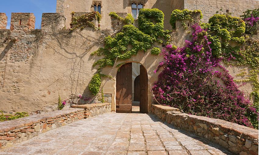10 castells catalans sorprenents. Entrada al recinte emmurallat del castell de Vilassar de Dalt.