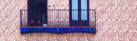 Esgrafiat de roses en un edifici del barri de la Ribera de Barcelona.