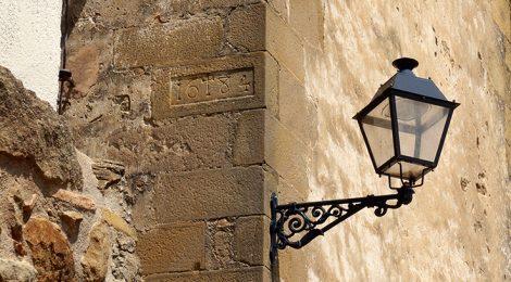 Fanal en una cantonada de Les Encies.