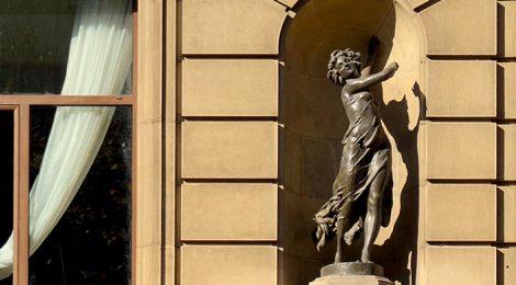 Escultura a la façana de l'Avenida Palace.