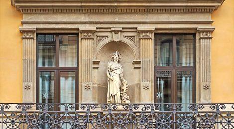 Estàtua d'Hermes al carrer Bergara de Barcelona.
