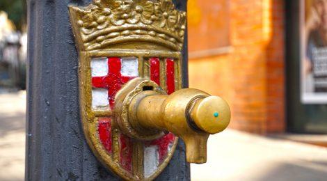 Font amb l'escut de Barcelona.