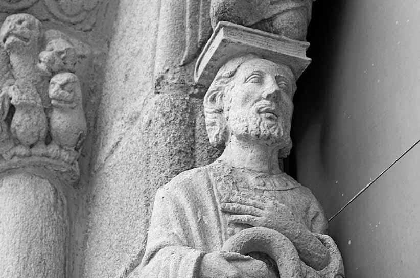 Escultura de Sant Jaume amb un llibre al cap.
