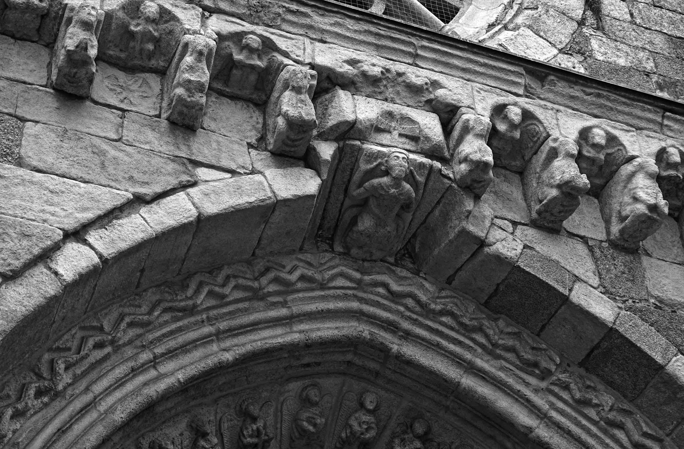 Mènsules a l'església de Santiago. Primer itinerari per A Coruña