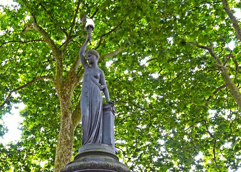 Escultura femenina a la Fuente del Deseo. Primer itinerari per A Coruña
