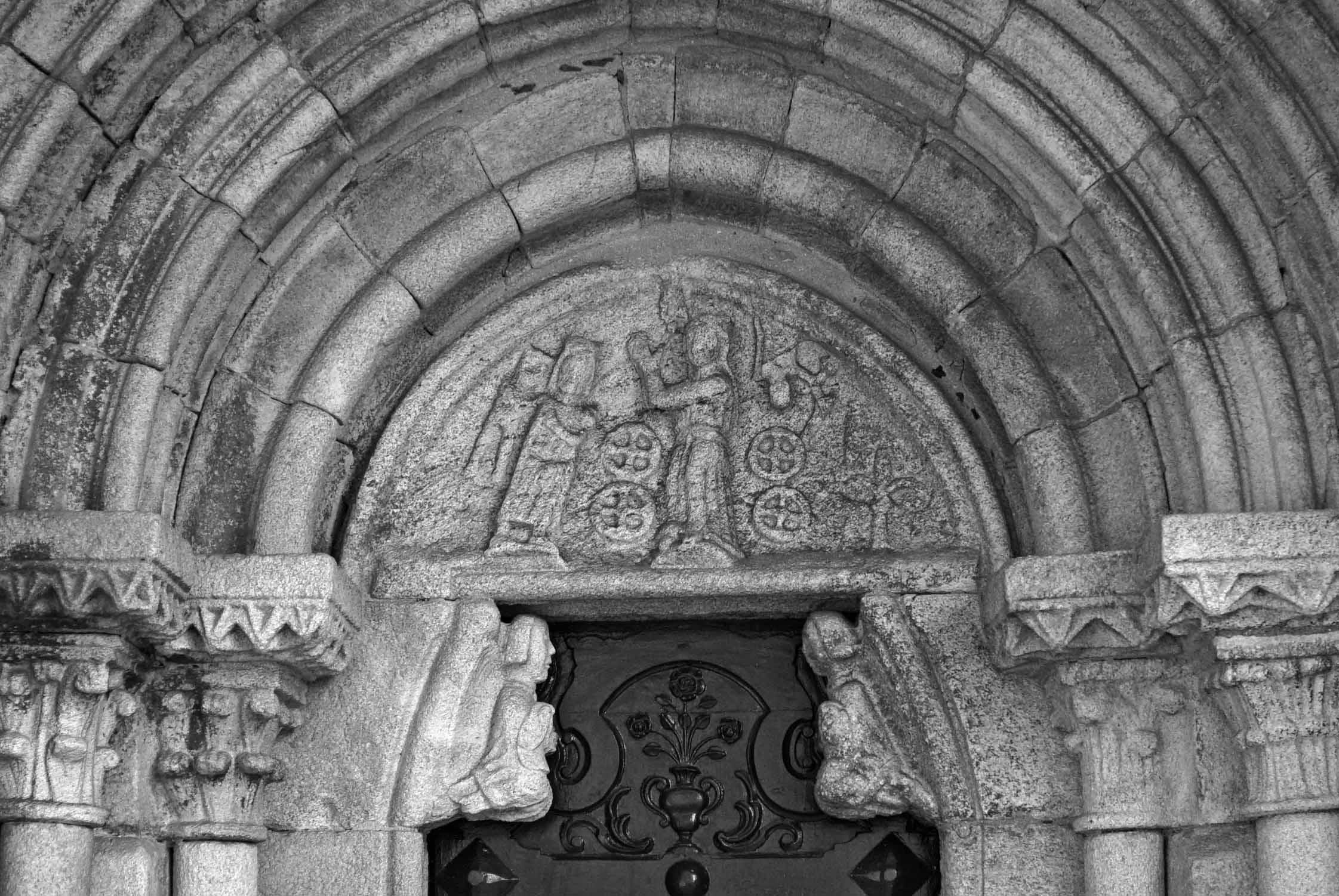 Timpà de la porta lateral de Santa Maria do Campo.