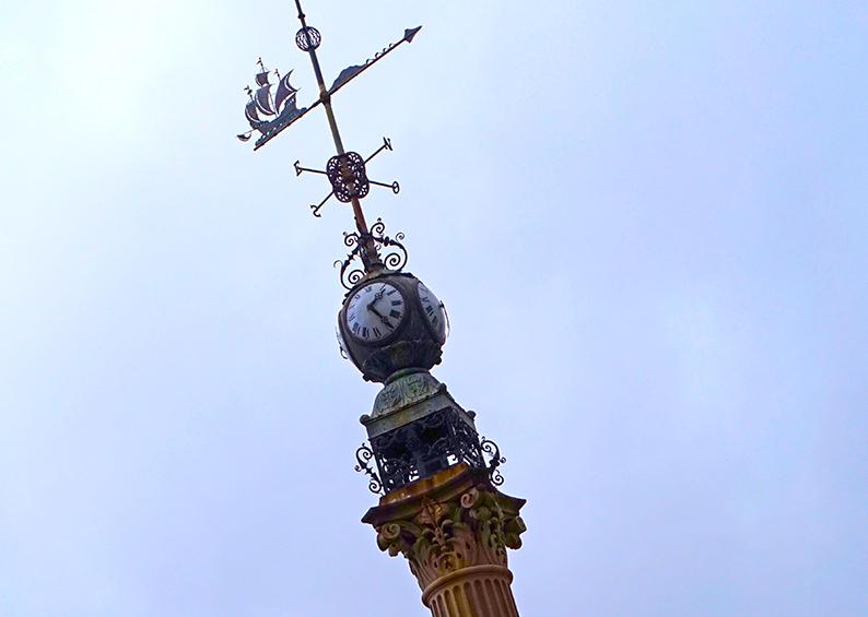 Rellotge a la torre de l'Obelisco. Tercer itinerari per A Coruña