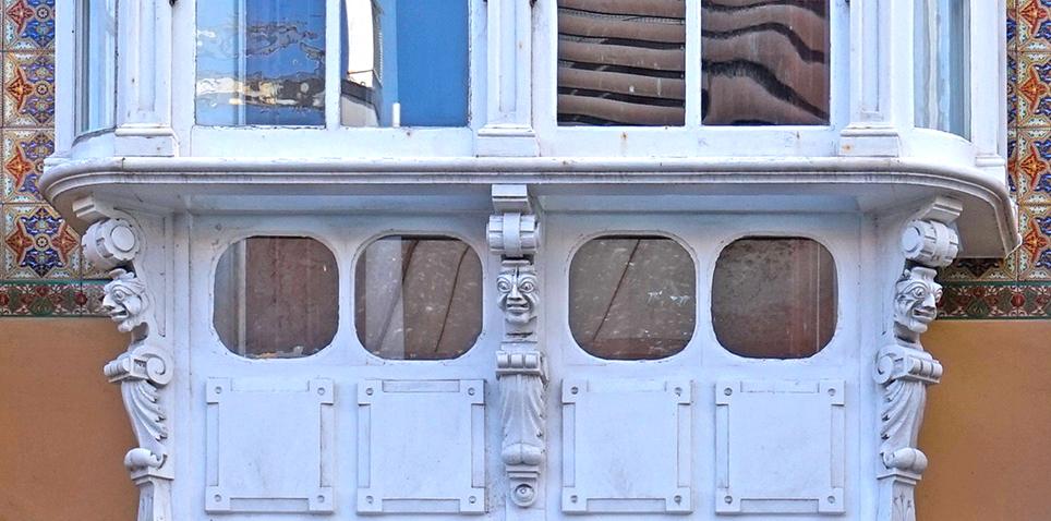 Detall de la tribuna de la Casa de los Cisnes.