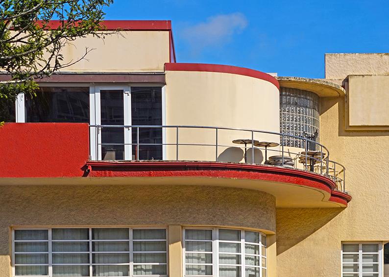 Edfici Atalaya amb trets cubistes. Tercer itinerari per A Coruña