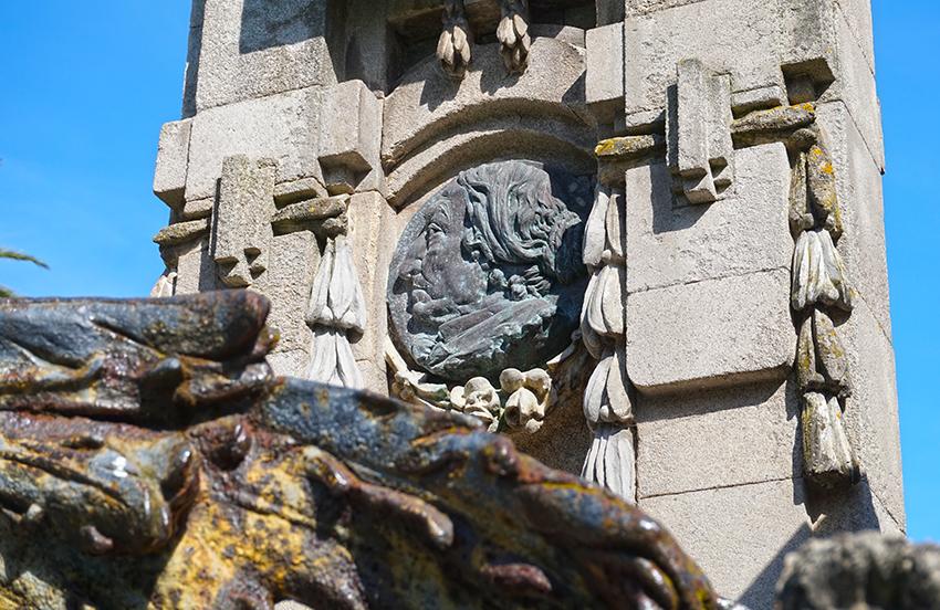 Relleu amb el rostre de Concepción Arenal. Tercer itinerari per A Coruña