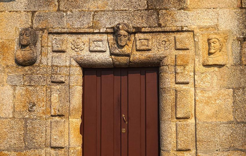 Porta del Pazo de Fefiñáns.