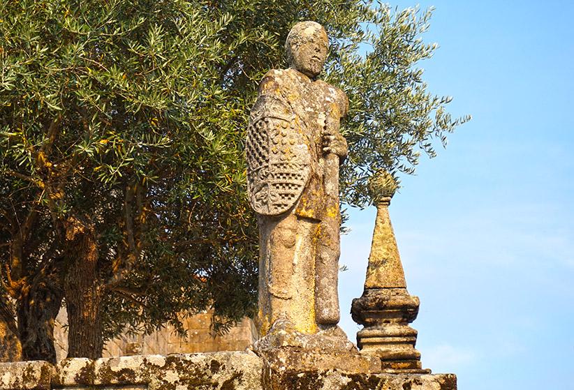Escultura humana amb un escut i un garrot. Visita a Cambados