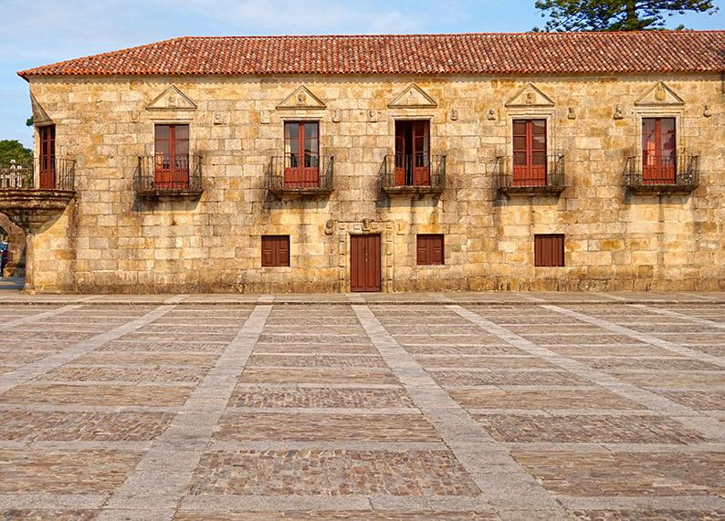 Praza de Fefiñáns amb el palau al fons.
