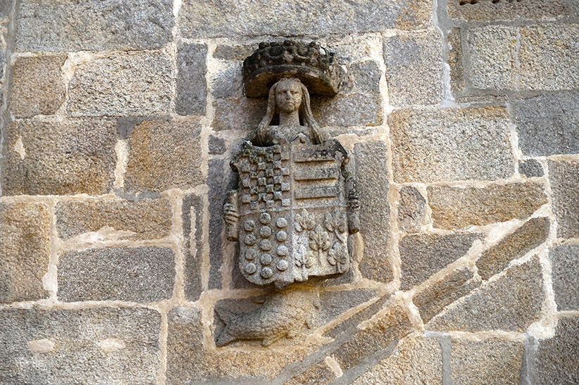Sirena sostenint un escut al Pazo de Fefiñáns.
