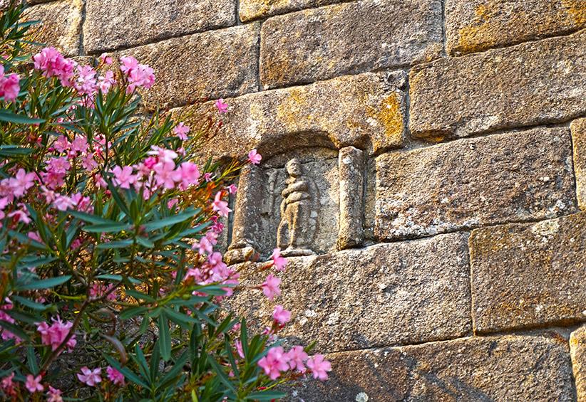 Relleu escultòric en un mur de l'església de San Bieito.