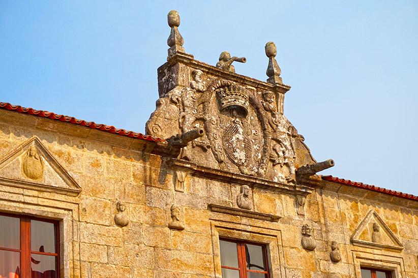 Coronament amb escut al Pazo de Fefiñáns.