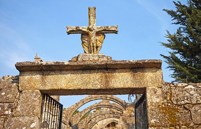Portal d'entrada al recinte de Santa Mariña Dozo. Visita a Cambados