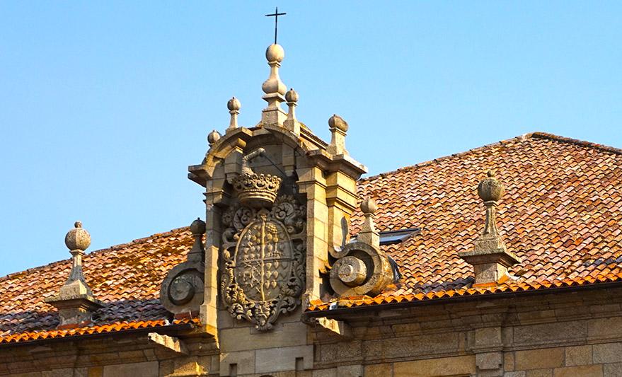 Escut al coronament del Pazo de Montesacro. Visita a Cambados