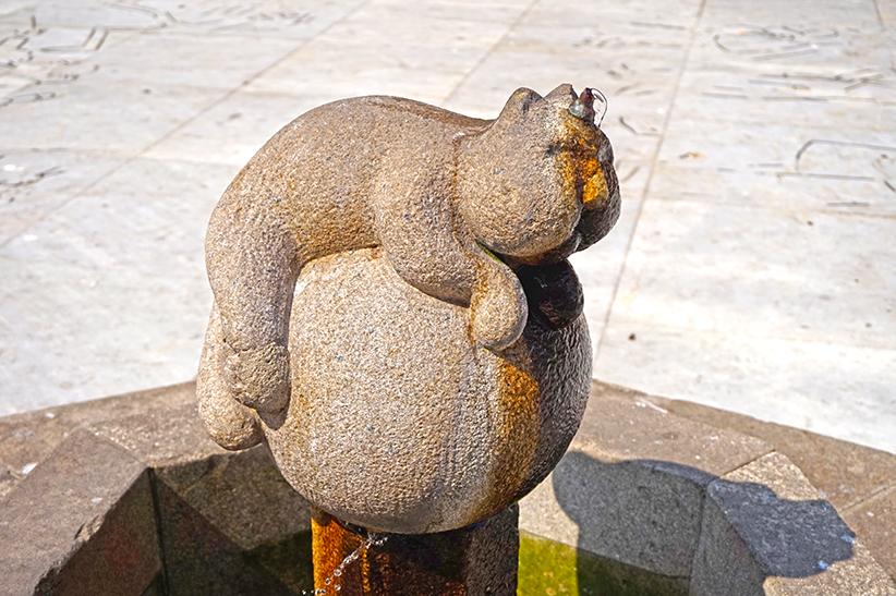Font amb una escultura del Gatipedro. Segon itinerari per A Coruña