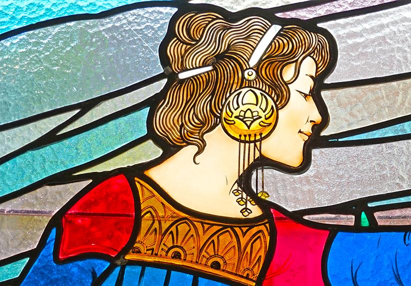 Detall d'un vitrall amb una figura femenina. Museu d'Art de Cerdanyola del Vallès