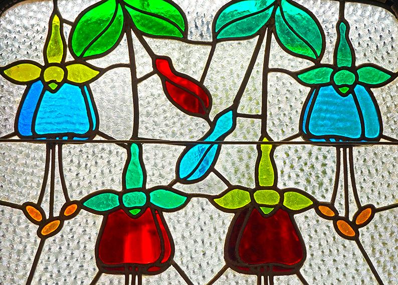 Vitrall amb les flors anomenades arrecades de la reina. Museu d'Art de Cerdanyola del Vallès
