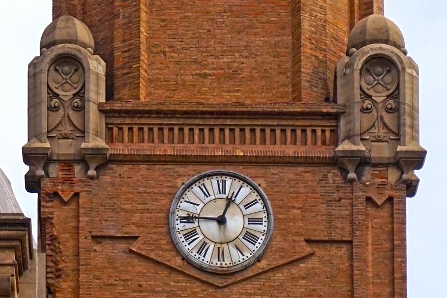 Detall del rellotge del campanar. Església Sant Andreu de Palomar. Barcelona