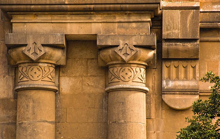 Detall dels capitells de la façana. Església Sant Andreu de Palomar. Barcelona