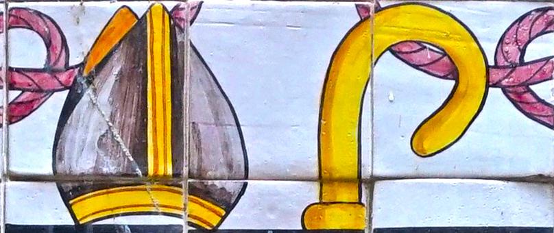 Mitra i bàcul a l'escut del Cardenal Casañas al carrer d'Amargós de Barcelona.