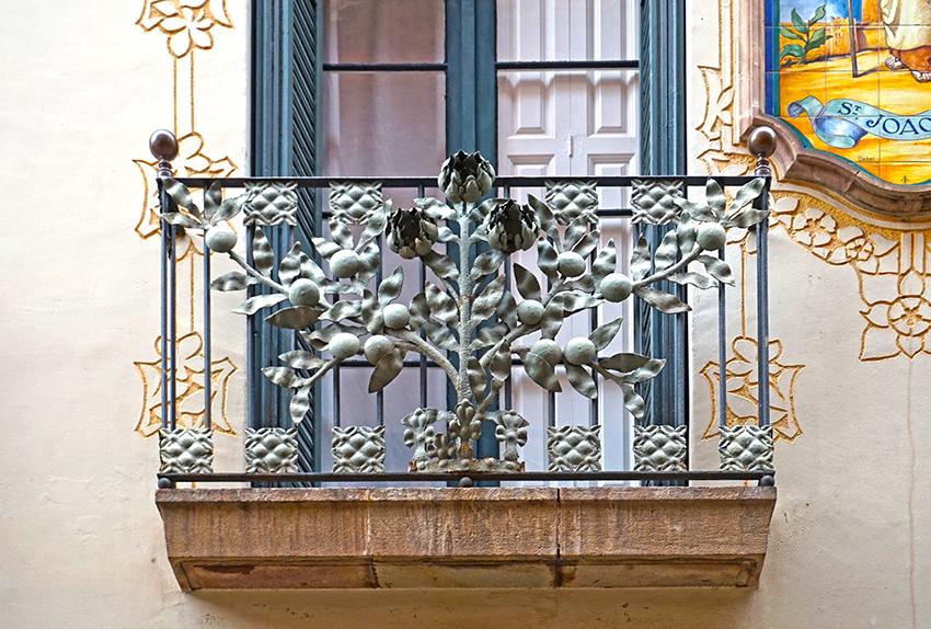 Balcó amb un taronger de ferro forjat a la Casa Carreras. Passatge del Patriarca.