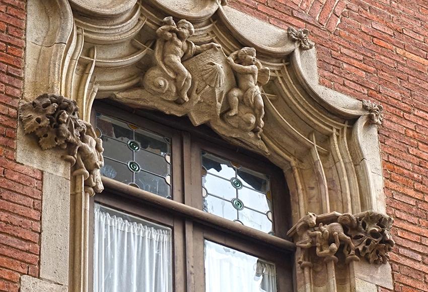 Motiu heràldic en una finestra de la Casa Martí. Els 4 Gats.