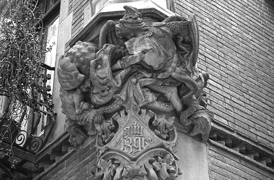 Conjunt escultòric amb Sant Jordi i el drac. Els 4 Gats.