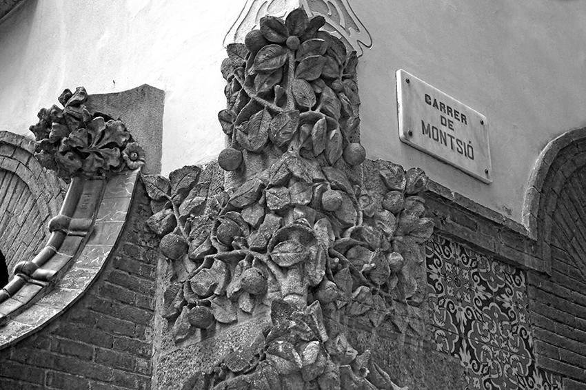 Decoració escultòrica amb un taronger a la cantonada de la Casa Carreras.