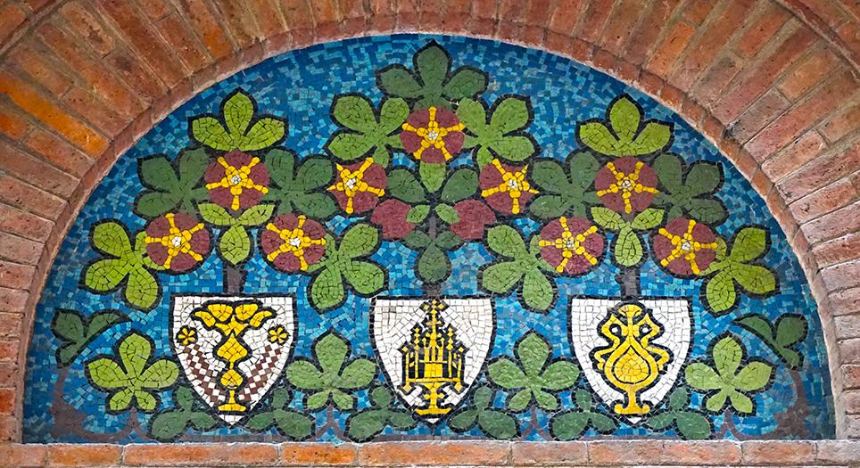 Mosaic amb escut al·lusius a Sant Eloi al portal de la Casa Carreras. carrer Montsió. Barcelona
