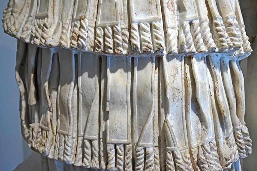 Detall del vestit d'una estàtua.
