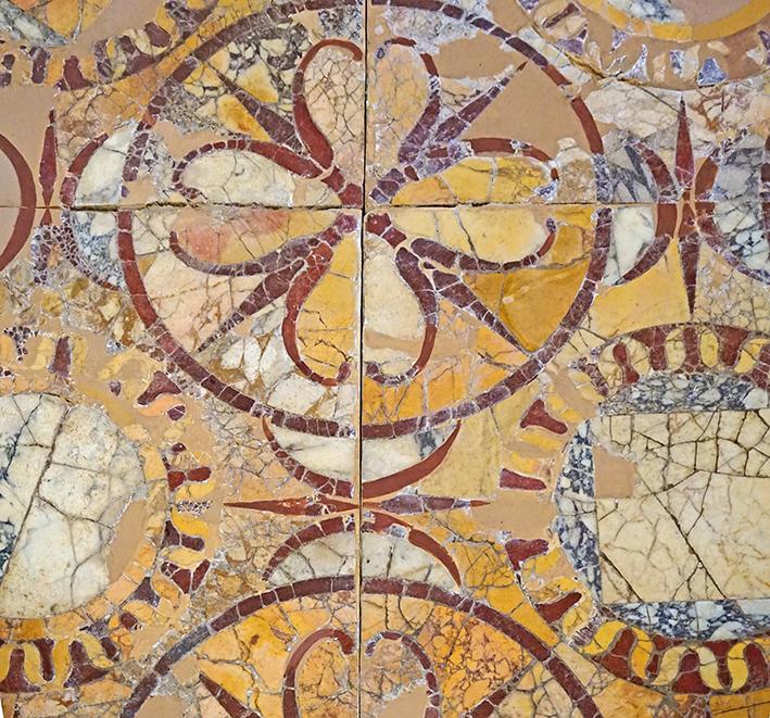 Mosaic realitzat amb diversos tipus de marbre.