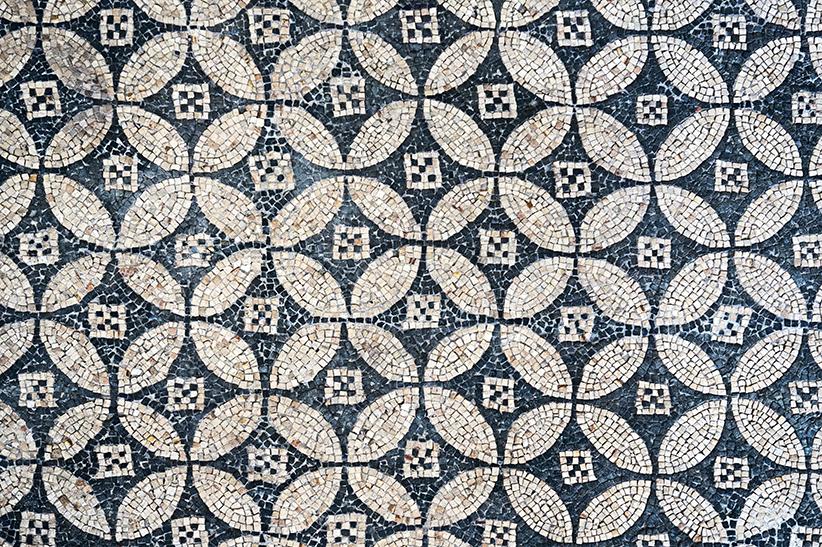 Mosaic en blanc i negre amb un patró circular. Mosaics del Museu Arqueològic de Tarragona