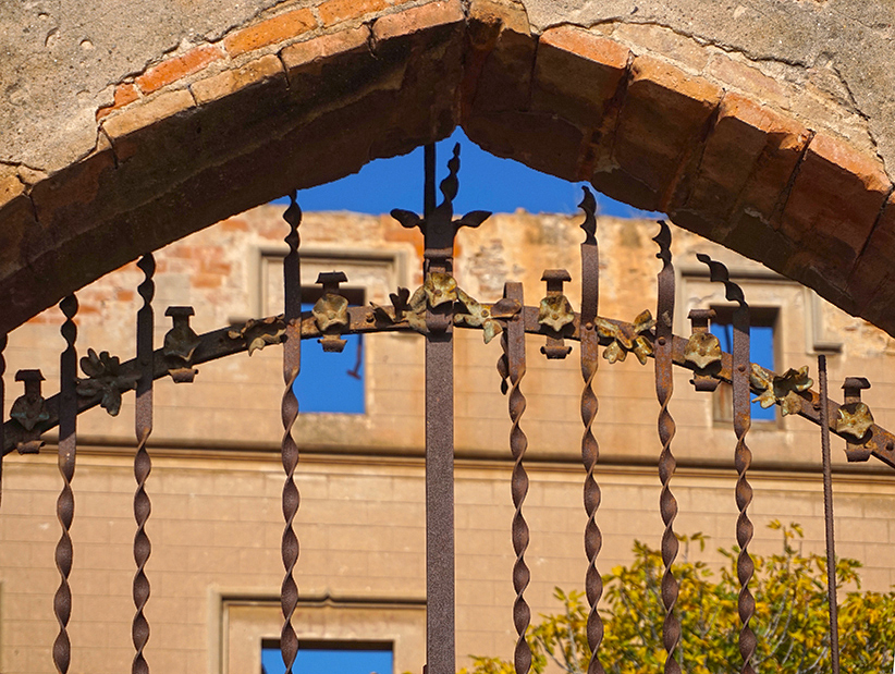 Reixa d'entrada a la Torre Salvana. Santa Coloma de Cervelló. Baix Llobregat