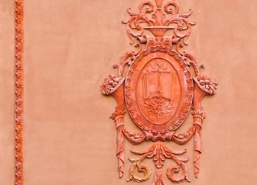 Medalló amb cornucòpies. Escola Pere Vila. Passeig Lluís Companys. Barcelona.