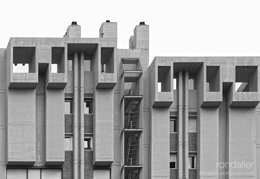 Les Torres Symbol a Esplugues de Llobregat, un exemple d'arquitectura brutalista dels anys 70.