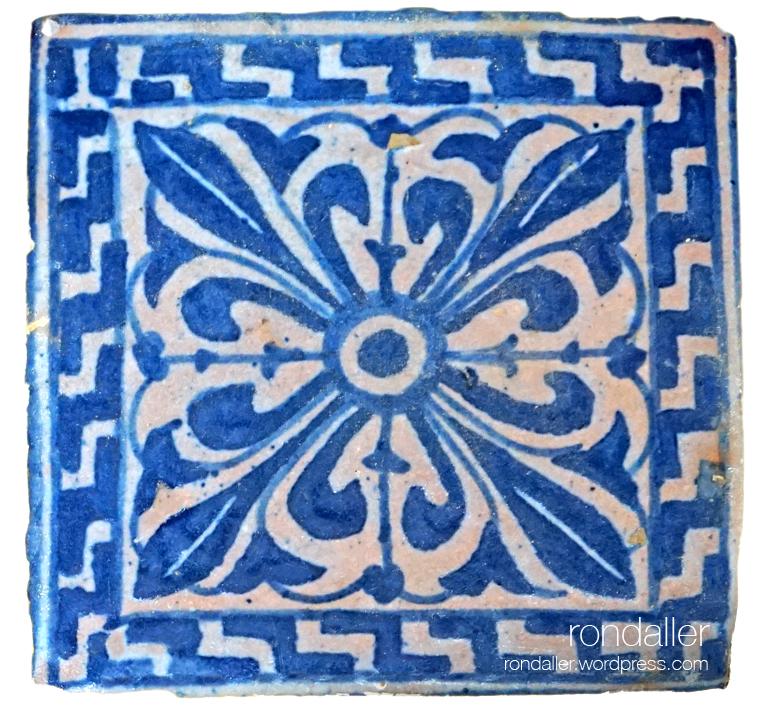 Rajoles al monestir de Pedralbes. Rajola del segle XV de tons blaus.