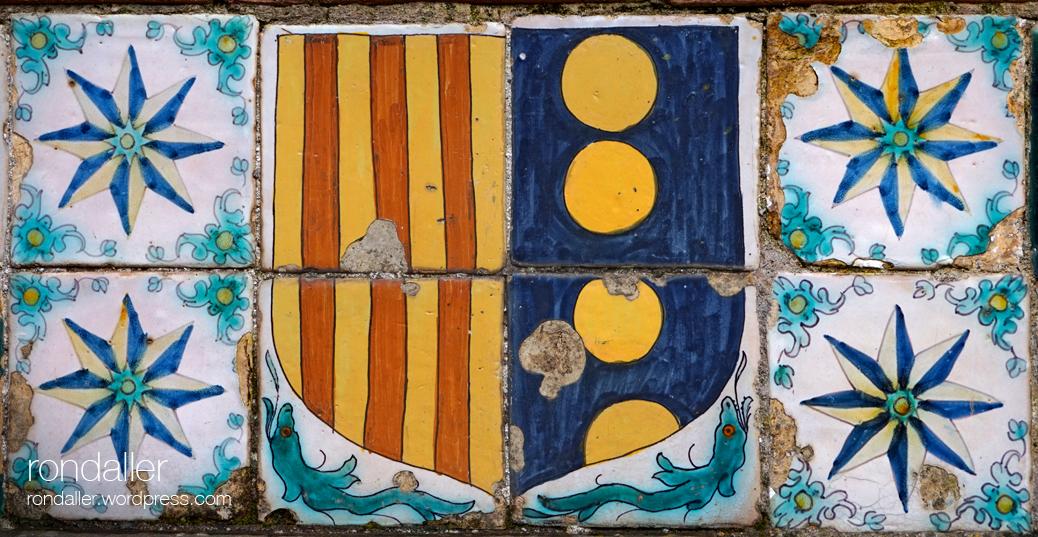 Plafó ceràmic amb l'escut de la reina Elisenda de Montcada.