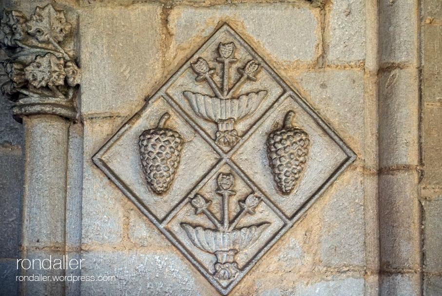 Heràldica al monestir de Pedralbes. Escut de l'abadessa Constança de Pinós.