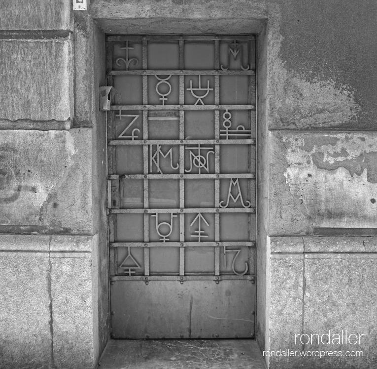 Símbols alquímics en una porta de Mataró. Maresme.
