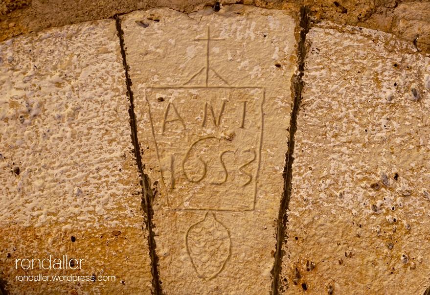 Llinda de 1653 amb una creu a Orpí (Anoia).