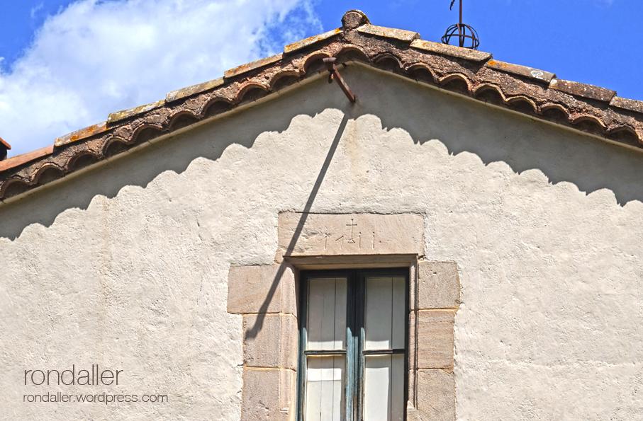 Llinda gravada en una finestra a Sant Sebastià de Montmajor. Caldes de Montbui. Vallès Oriental